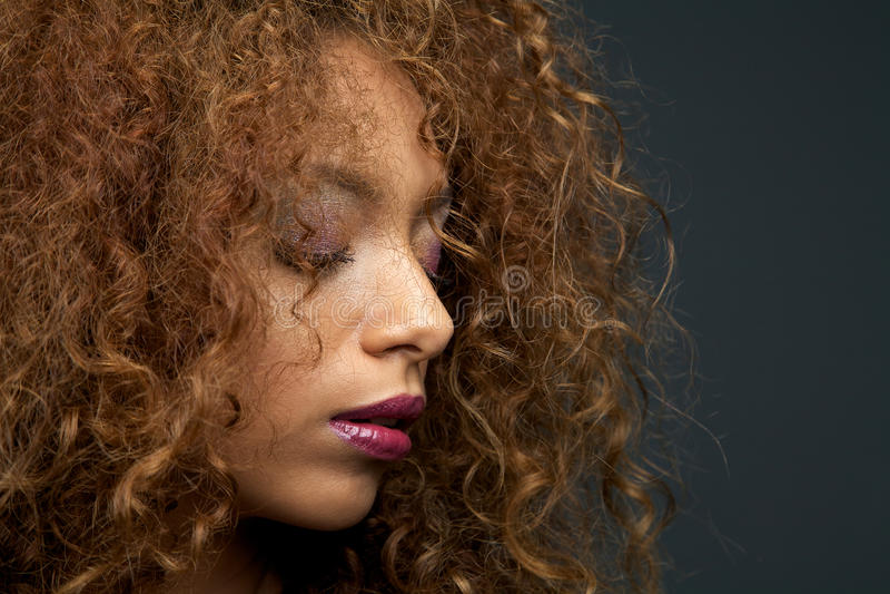 Портрет красоты красивой молодой женщины с вьющиеся волосы стоковые изображения rf