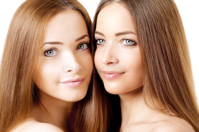 Портрет красоты 2 красивых молодых женщин стоковые фотографии rf