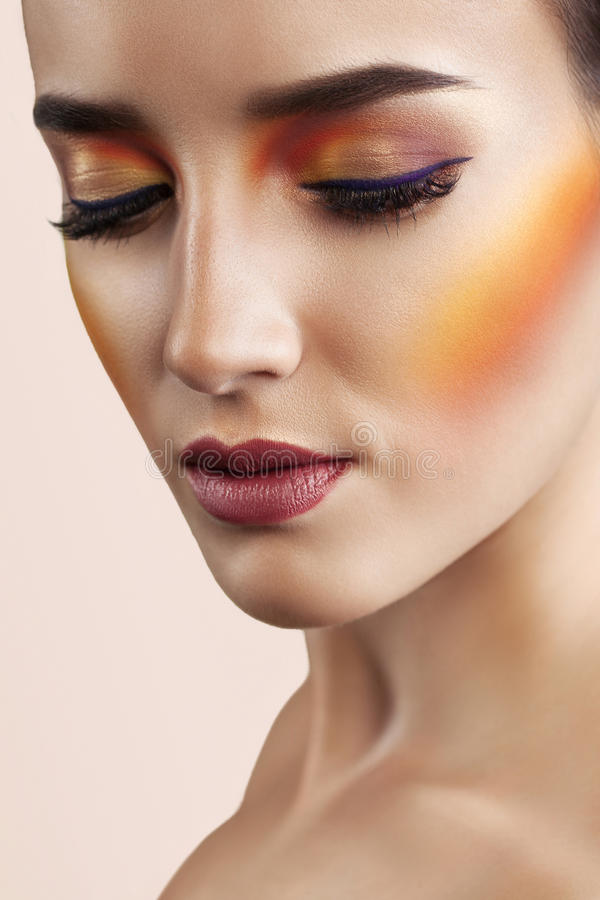 Портрет красоты крупного плана привлекательной модельной стороны с ярким mak стоковое фото rf