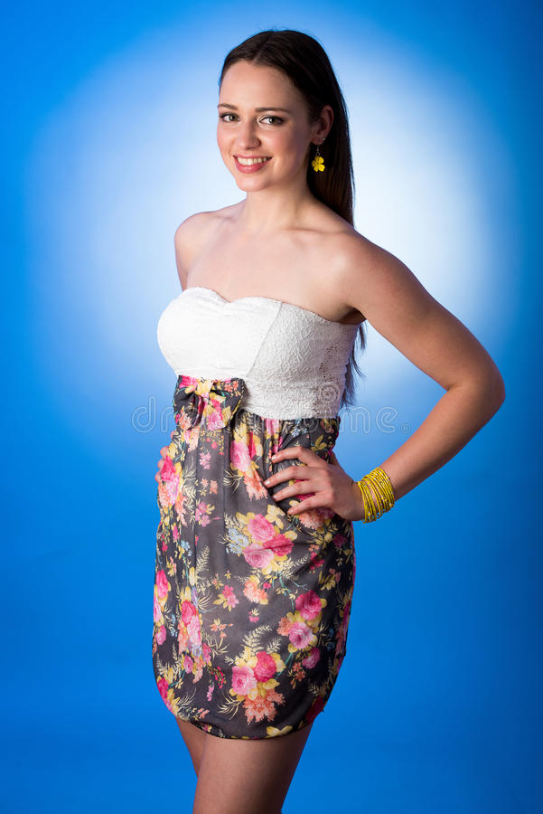 Портрет красоты милой девушки подростка изолированной над задней частью белизны стоковое фото rf
