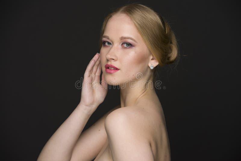 Портрет красоты молодой блондинкы с хорошо выхоленными волосами и составом стоковое изображение