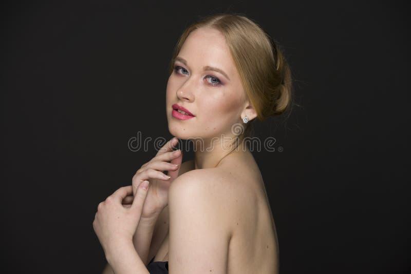 Портрет красоты молодой блондинкы с хорошо выхоленными волосами и составом стоковое фото rf