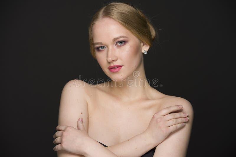 Портрет красоты молодой блондинкы с хорошо выхоленными волосами и составом стоковая фотография rf