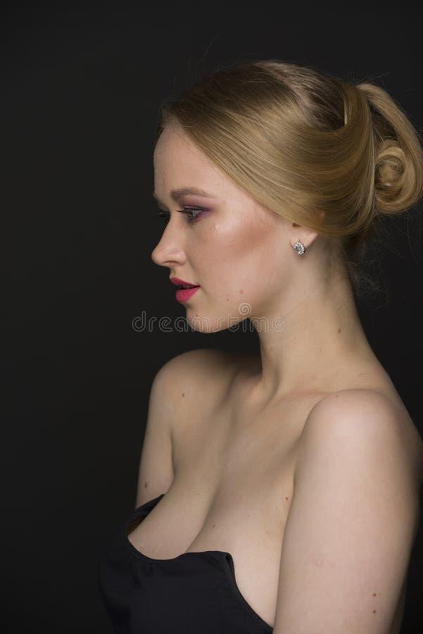 Портрет красоты молодой блондинкы с хорошо выхоленными волосами и составом стоковые изображения