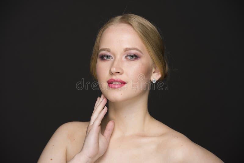 Портрет красоты молодой блондинкы с хорошо выхоленными волосами и составом стоковые фотографии rf