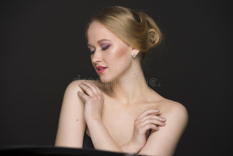Портрет красоты молодой блондинкы с хорошо выхоленными волосами и составом стоковые фото
