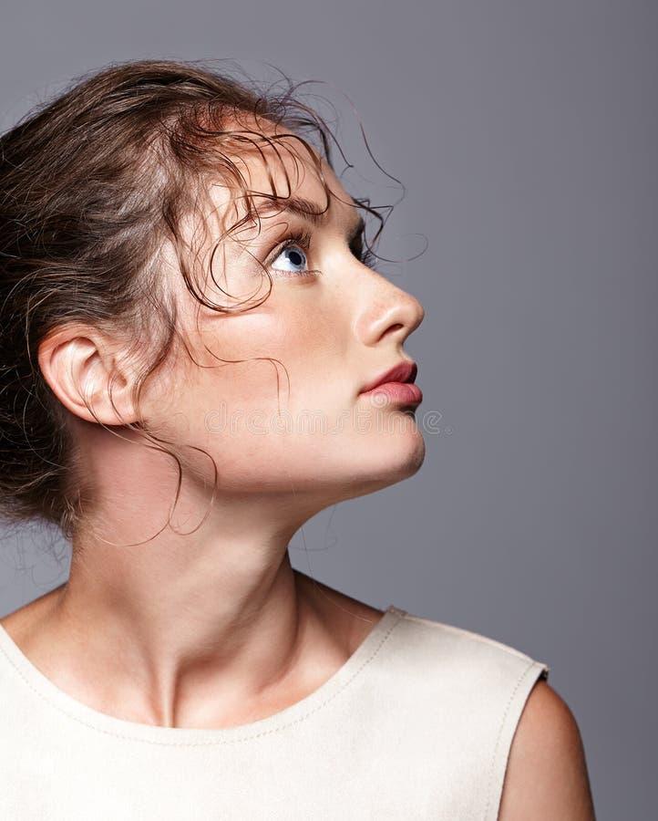 Портрет красоты молодой женщины смотря вверх Девушка брюнет с br стоковое фото