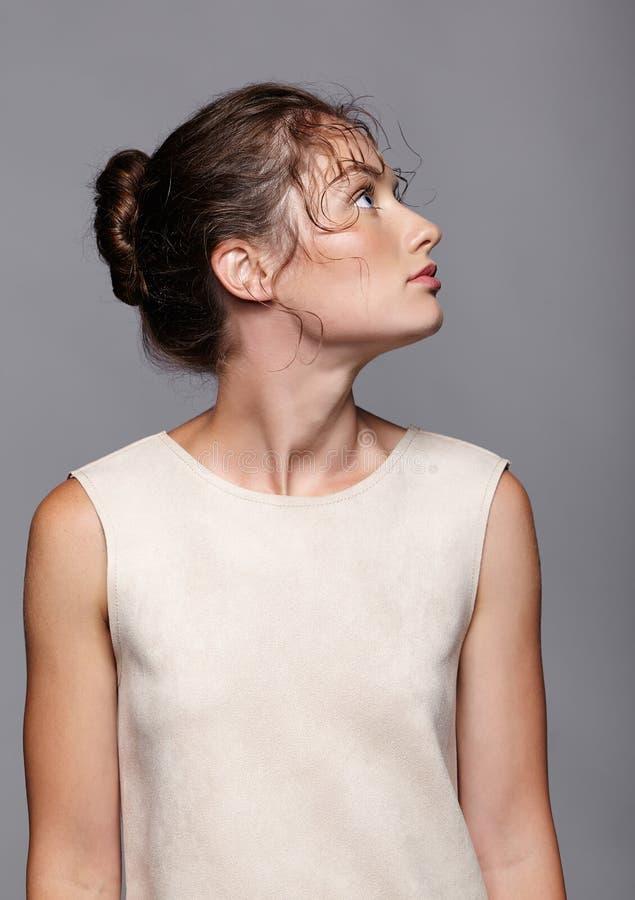 Портрет красоты молодой женщины смотря вверх Девушка брюнет с br стоковое изображение rf