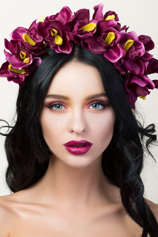 Портрет красоты молодой милой девушки брюнет стоковая фотография rf