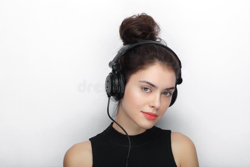 Портрет красоты молодой прелестной свежей смотря женщины брюнет при длинное коричневое здоровое вьющиеся волосы представляя в бол стоковые фотографии rf