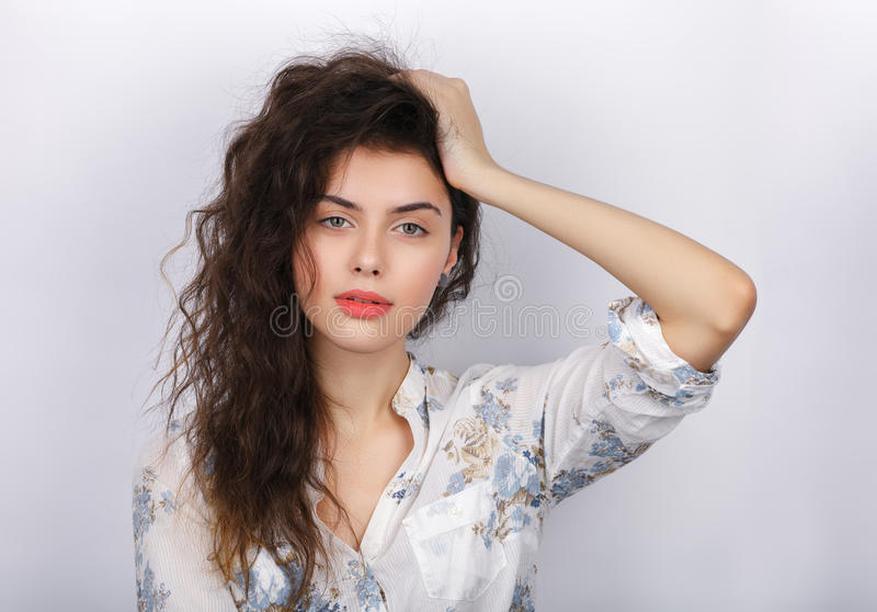 Портрет красоты молодой прелестной свежей смотря женщины брюнет с длинным коричневым здоровым вьющиеся волосы Эмоция и выражение  стоковые фотографии rf