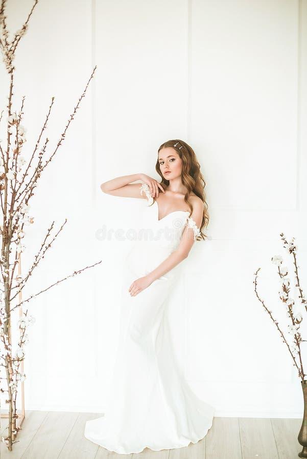 Портрет красоты платья свадьбы моды невесты нося с роскошными макияжем наслаждения и стилем причесок, фото студии крытым стоковое фото rf