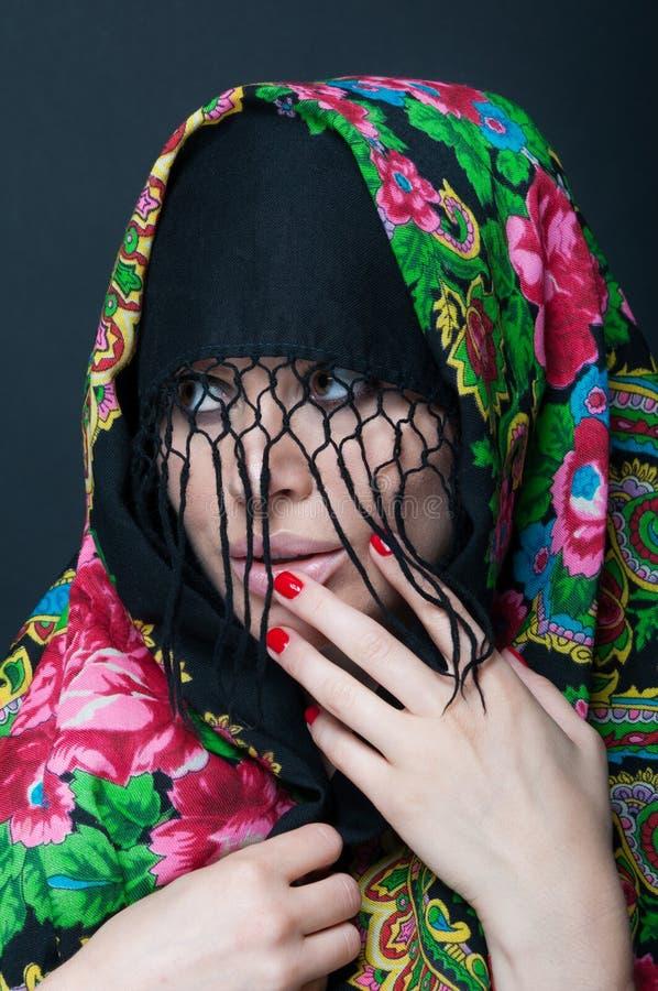 Портрет красоты сексуального модельного нося шарфа стоковое изображение