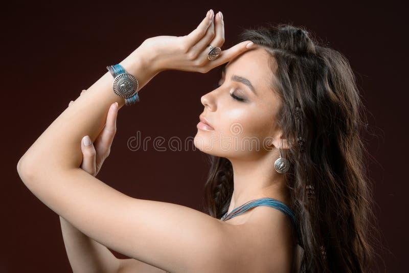 Портрет красоты смотрит модель женщины с аксессуарами и ювелирными изделиями свежей кожи каштановых волос нося стоковое изображение