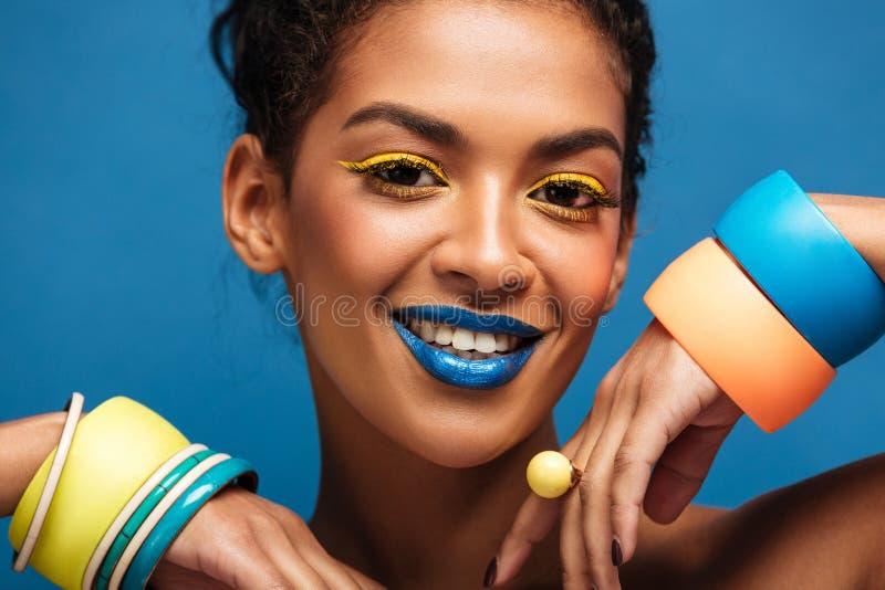 Портрет красоты шикарной афро американской женщины с mak моды стоковая фотография