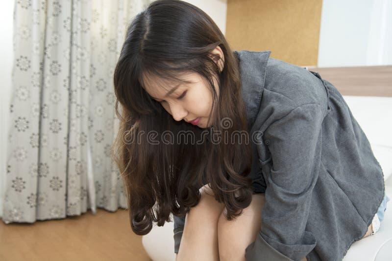 Портрет крупного плана азиатской красивой молодой женщины на софе на h стоковые фото