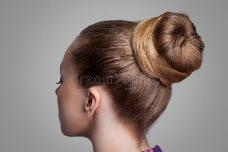 Портрет крупного плана взгляда со стороны профиля женщины с творческим элегантным коричневым собранным стилем причесок, волосами  стоковые изображения