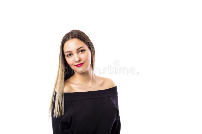 Портрет крупного плана девочка-подростка в черноте над белой предпосылкой стоковое фото