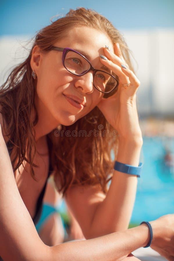 Портрет крупного плана женщины ослабляя бассейном стоковые фотографии rf