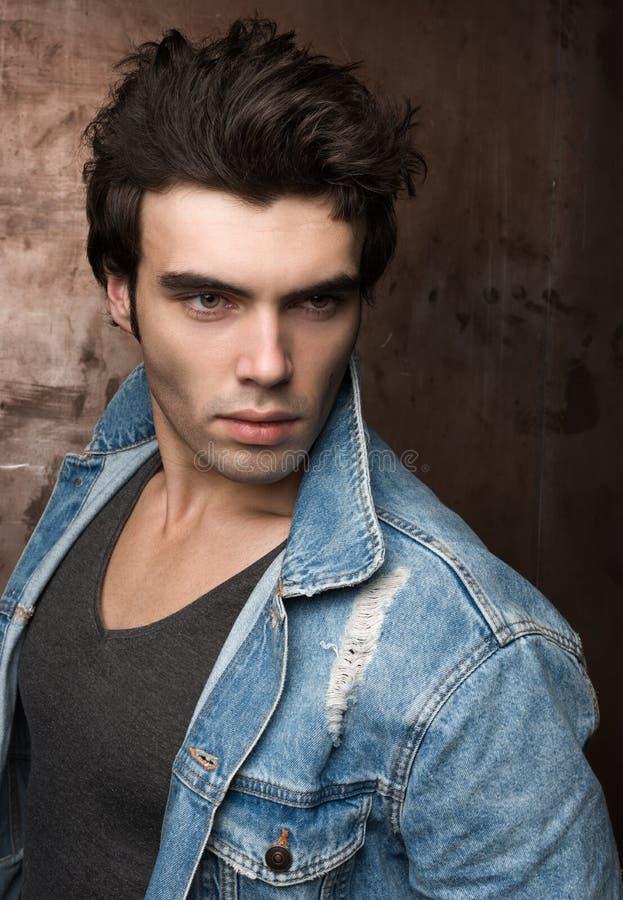Портрет крупного плана красивых молодых человеков Стильный hairdo, голубая куртка Джина стоковые фотографии rf