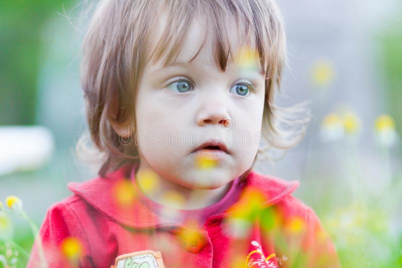 Портрет крупного плана маленького ребёнка outdoors в парке стоковая фотография rf
