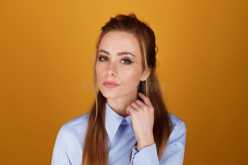 Портрет крупного плана милой женщины yong с ярким макияжем в студии над желтой предпосылкой стоковые изображения rf