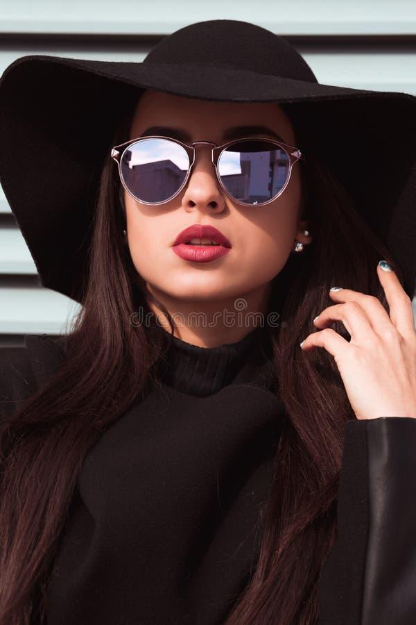 Портрет крупного плана молодой привлекательной модели носит шляпу и sunglas стоковая фотография rf