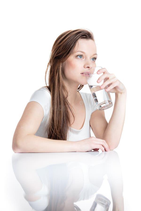 Портрет крупного плана молодой привлекательной питьевой воды женщины стоковые изображения
