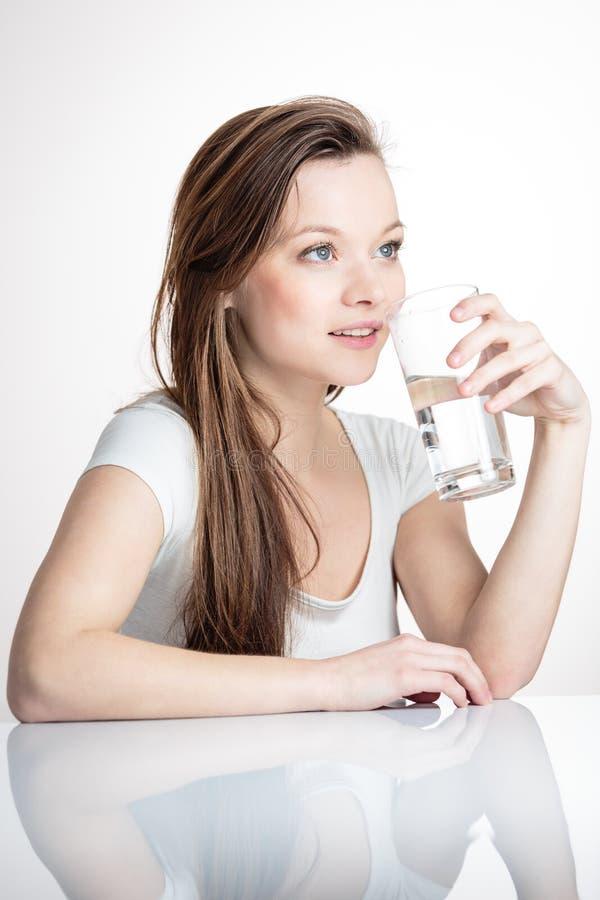 Портрет крупного плана молодой привлекательной питьевой воды женщины стоковые фотографии rf