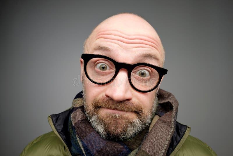 Портрет крупного плана пробовать европейского смешного зрелого человека думая крепко вспомнить, что-то посмотрело смущенный стоковая фотография rf