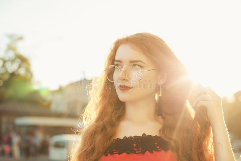 Портрет крупного плана романтичной девушки redhead с носить веснушек стоковые изображения rf