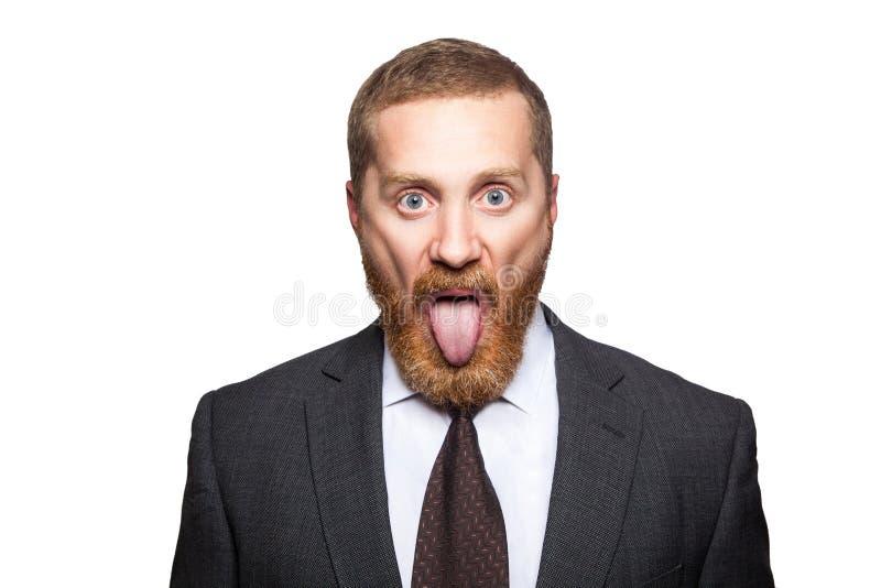 Портрет крупного плана серьезного красивого бизнесмена с лицевой бородой в черных костюме и связи, стоя и смотря камера с большой стоковые фото