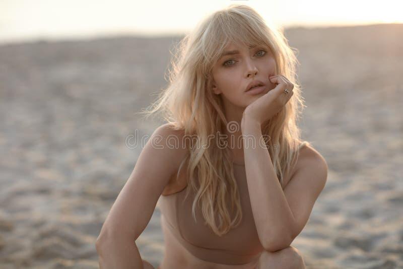 Портрет крупного плана серьезной блондинкы стоковые фото