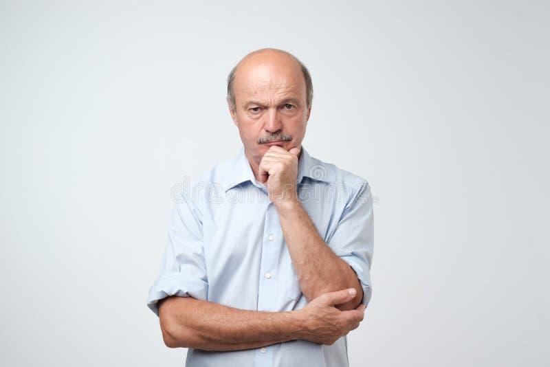 Портрет крупного плана сонного зрелого человека в голубой рубашке, смешном парне устанавливая голову в наличии, несчастная смотря стоковые изображения rf