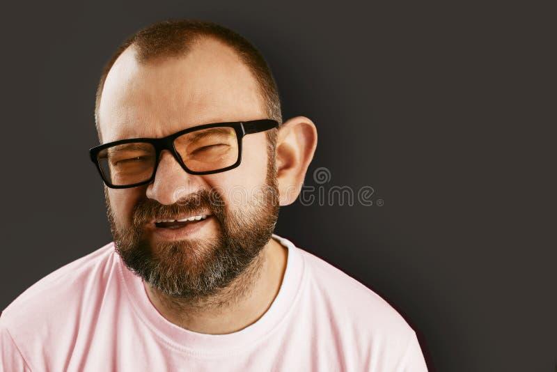 Портрет крупного плана человека в стеклах слушает к информации с его большим ухом стоковая фотография rf