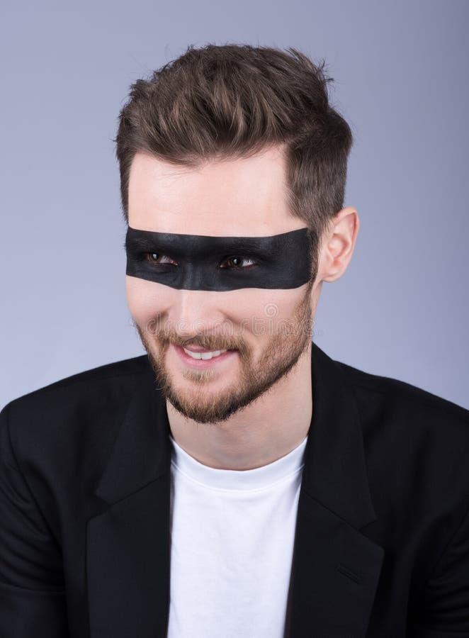Портрет крупного плана человека с черной нашивкой на глазах Сидеть стоковые фотографии rf
