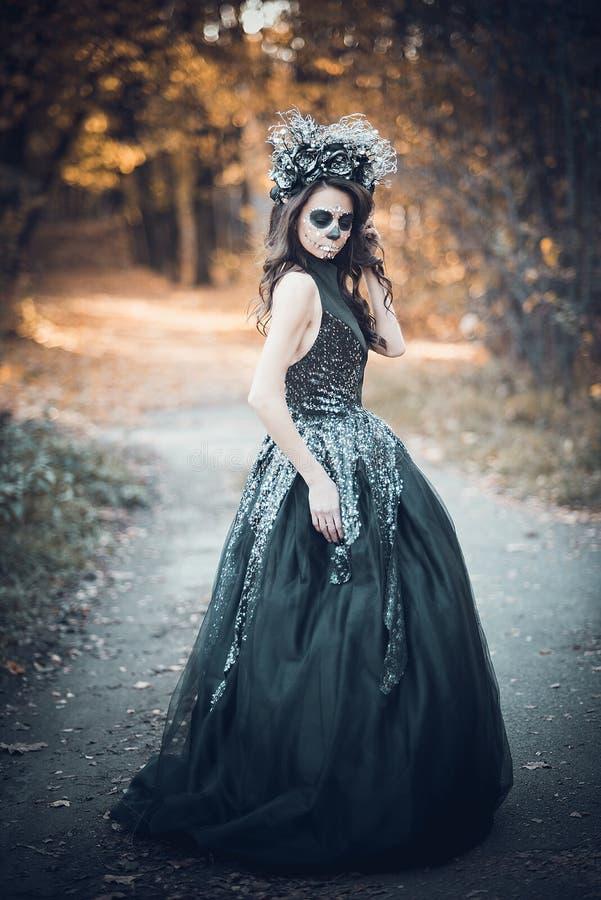 Портрет крупного плана Calavera Catrina в черном платье Макияж черепа сахара muertos de dia los r halloween стоковые фотографии rf