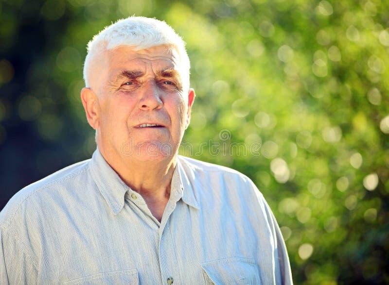 Портрет крупного плана oudoors красивых возмужалых человека стоковая фотография rf