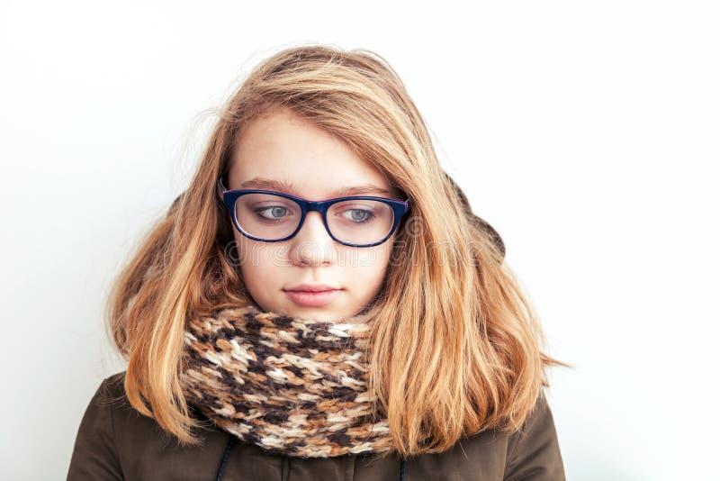 Портрет крупного плана красивого белокурого девочка-подростка в стеклах стоковое изображение rf