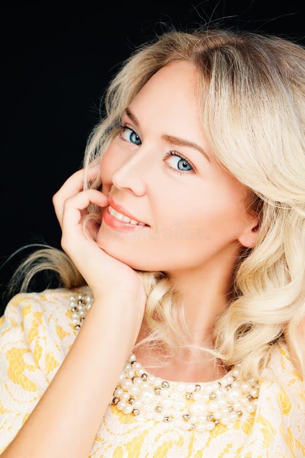 Портрет крупного плана красивой белокурой женщины фотомодели стоковая фотография rf
