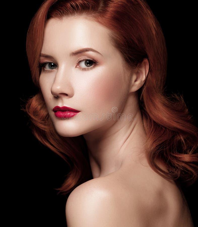 Портрет крупного плана красивой рыжеволосой девушки полу-повернул сверх стоковое фото rf