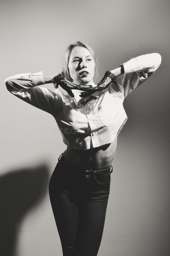 Портрет крупного плана красивой элегантной белокурой женщины в прозрачных длинных перчатках черная девушка прячет белизну рубашки стоковое фото