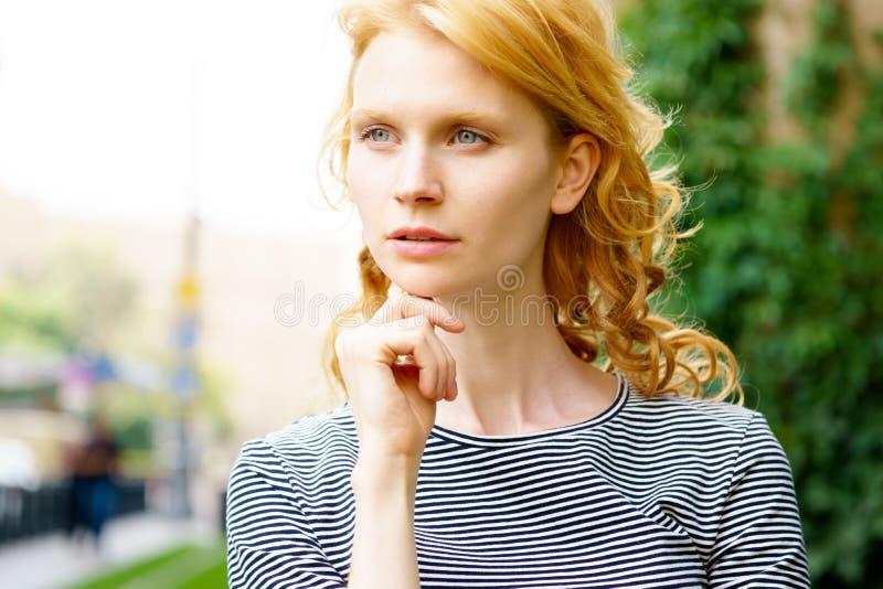 Портрет крупного плана милой естественной девушки с серыми глазами стоковые фотографии rf