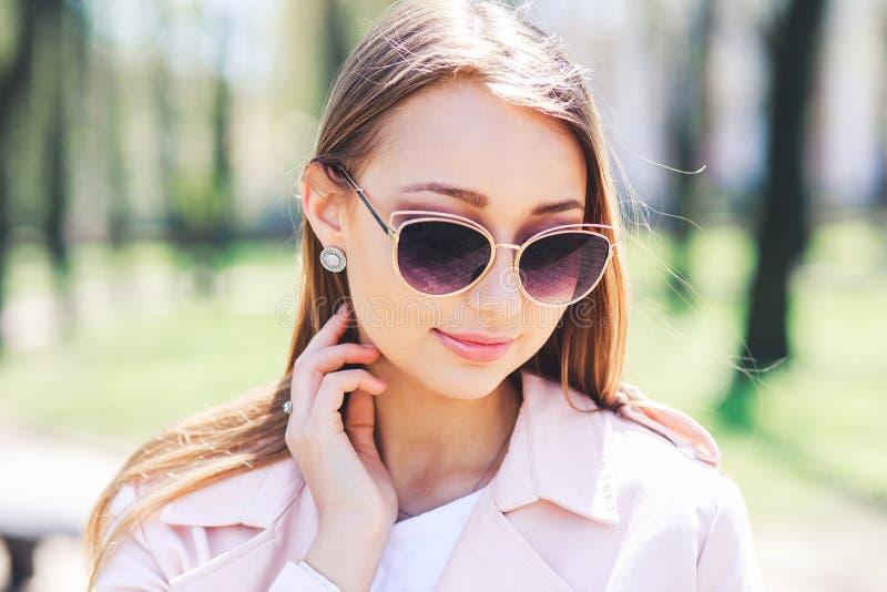 Портрет крупного плана молодой красивой модной женщины с солнечными очками Представлять дамы внешний стоковое изображение