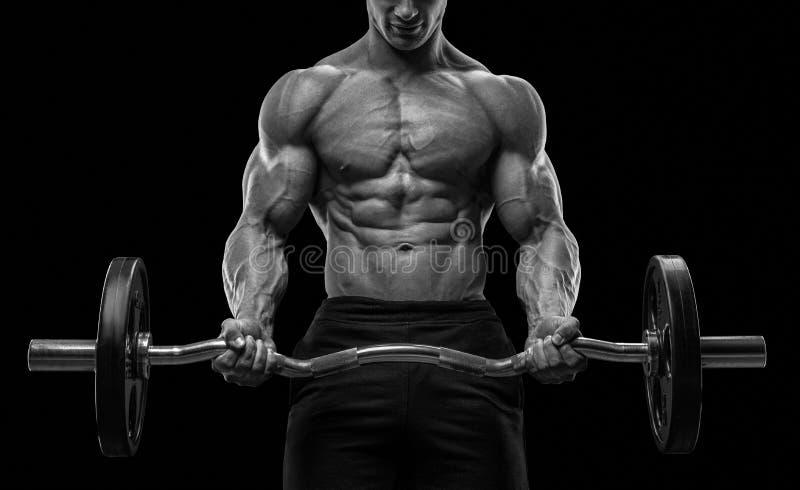Портрет крупного плана мышечной разминки человека с штангой на спортзале стоковые изображения rf