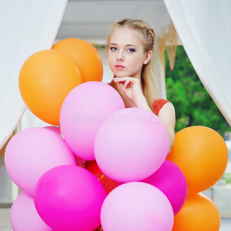 Портрет крупного плана нежной молодой женщины с воздушными шарами стоковые фотографии rf