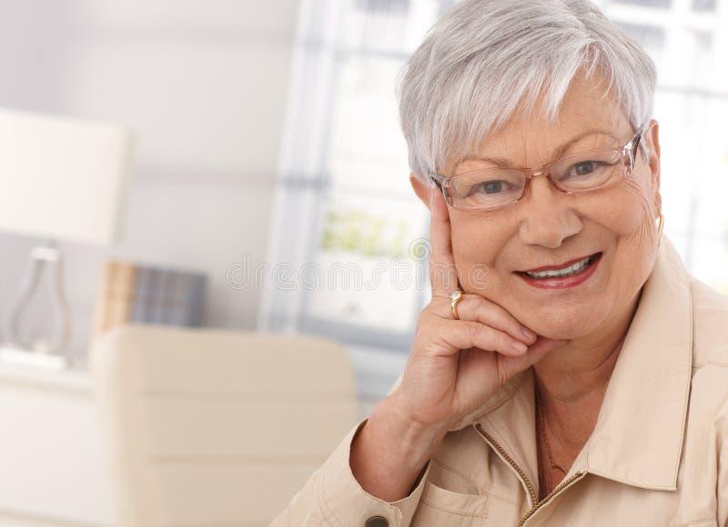 Портрет крупного плана пожилой женщины стоковая фотография