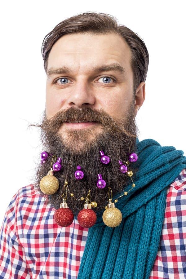 Портрет крупного плана смешного человека с шариками украшения в его bea стоковая фотография rf