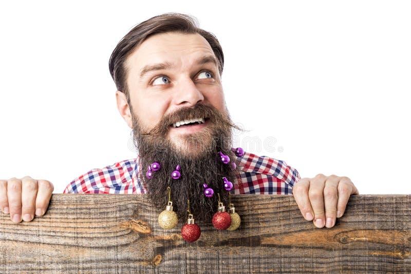Портрет крупного плана смешного человека с шариками украшения в его bea стоковое изображение