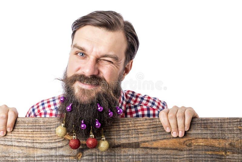 Портрет крупного плана смешного человека с шариками украшения в его bea стоковые изображения
